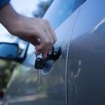 静電気のおこる原因は?車に乗る前、降りる前の予防策は?